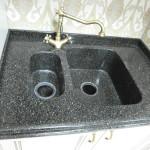 черная угловая мойка столешницы из акрилового камня на заказ